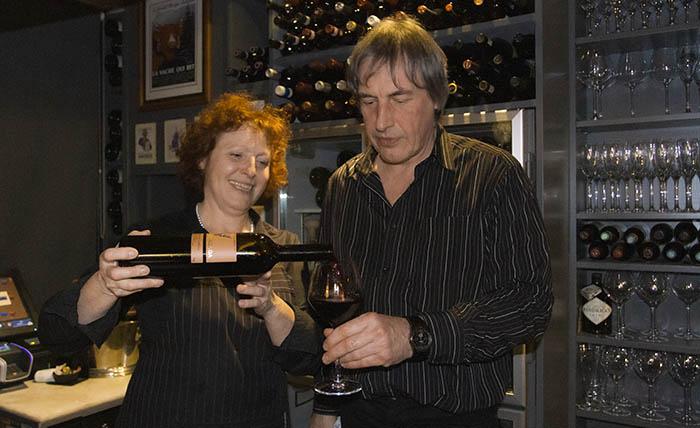 Marnix Vernieuwe & Noella Cocquyt pouring wine at Wijnbar Est in Bruges